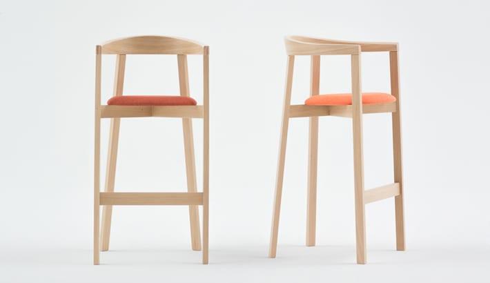 Drewniane hokery z kolekcji UXI zaprojektowane przez Tomka Rygalika