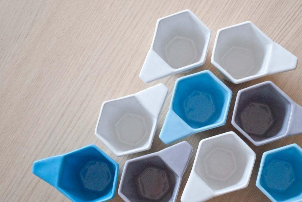 Wielokolorowe kubki Modern projektu Kabo&Pydo dla Avant Fabryka Porcelitu