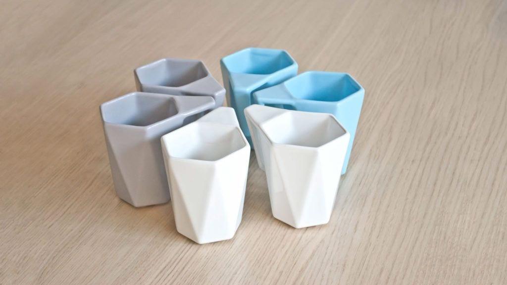 Białe, szare i niebieskie kubki Modern projektu Kabo&Pydo dla Avant Fabryka Porcelitu