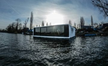 Pływający dom na wodzie zacumował w przystani w Bydgoszczy