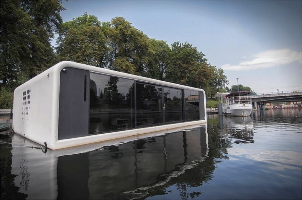 Zacumowany biało-czarny dom na wodzie