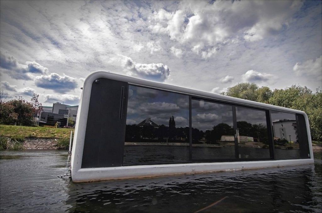 Płynący dom na wodzie