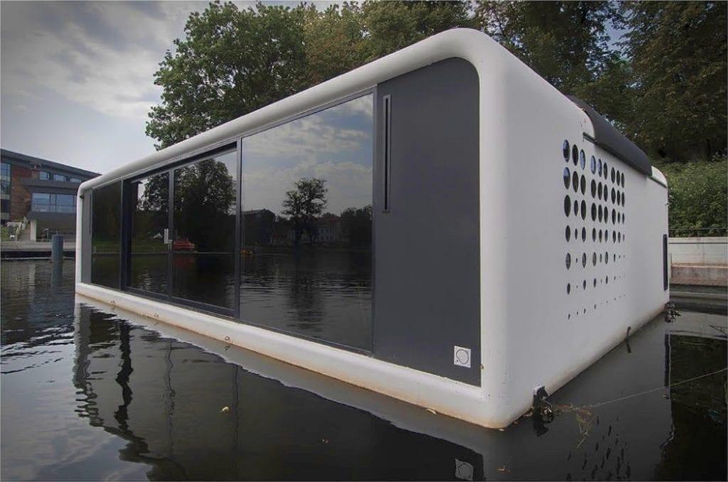 Biało-czarny dom na wodzie z bliska