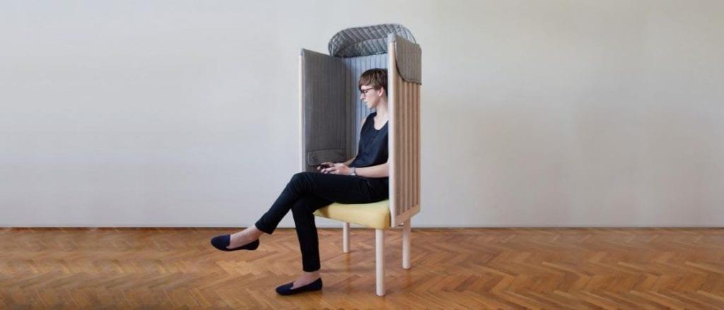 Szary fotel Offline projektu Agaty Nowak pomagający w walce z Fonoholizmem