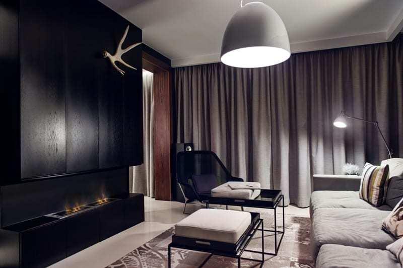 Salon z szarymi zasłonami w apartamencie projektu pracowni formativ