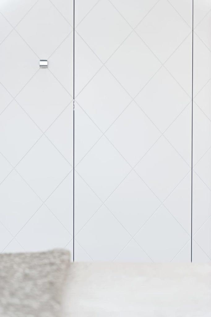 Drzwi do szafy w apartamencie projektu pracowni formativ