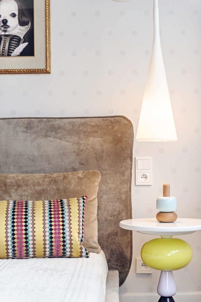 Sypialnia z dużym łóżkiem i stolikiem nocnym w apartamencie projektu pracowni formativ