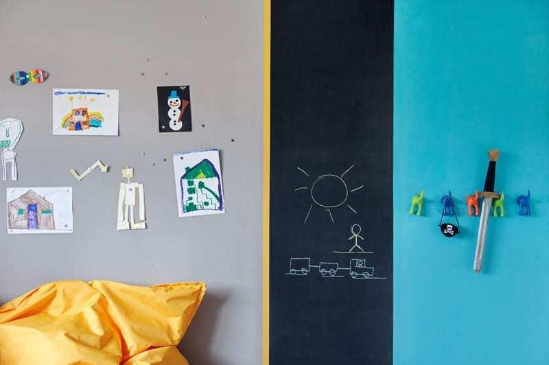 Szara, czarna i turkusowa ściana w pokoju dziecięcym