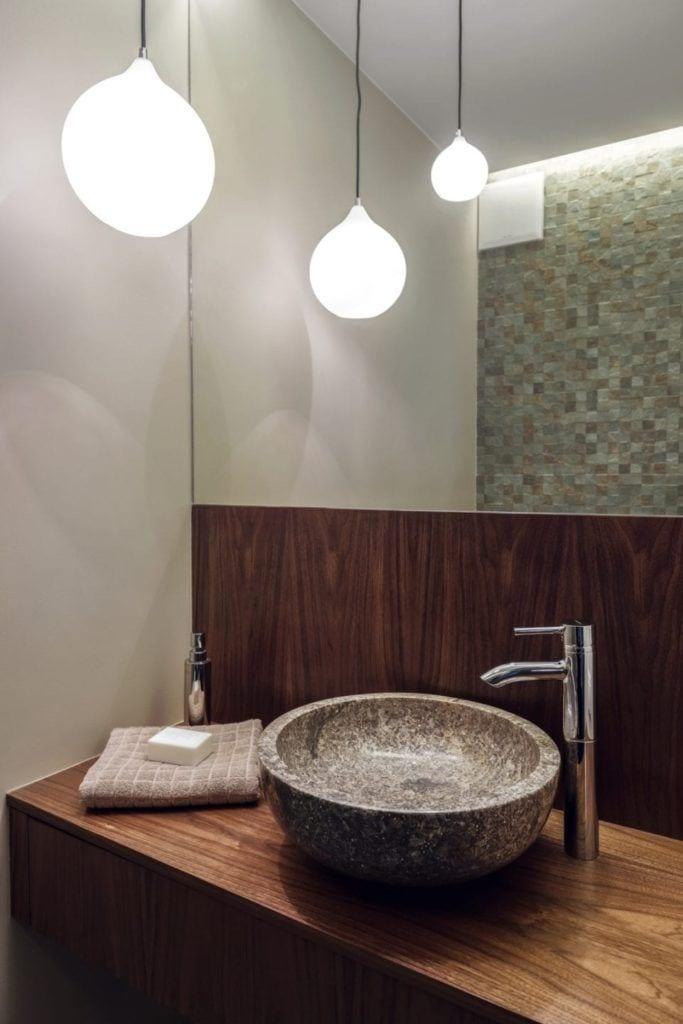 Umywalka w łazience w gdyńskim mieszkaniu projektu pracowni formativ