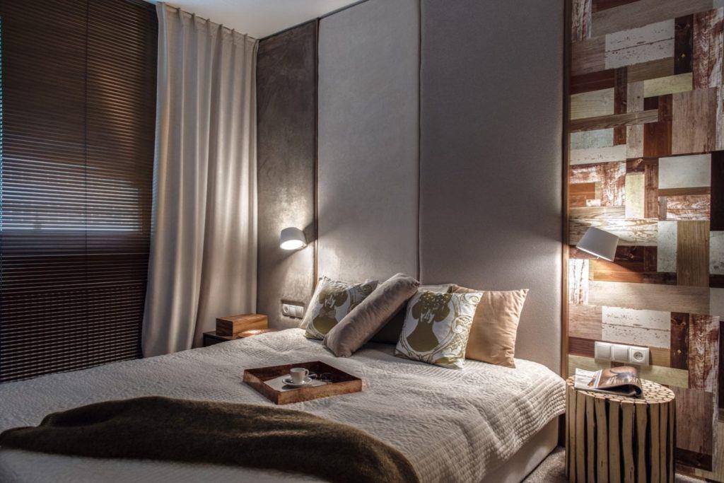 Sypialnia z szarą ścianą w gdyńskim mieszkaniu projektu pracowni formativ