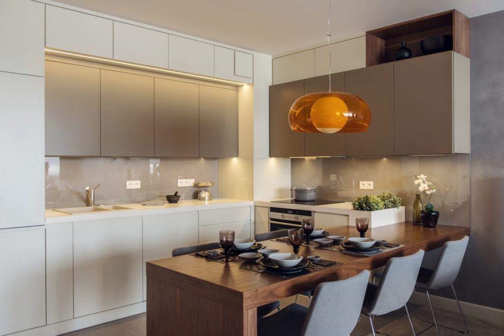 Jadalnia połączona z kuchnią w gdyńskim mieszkaniu projektu pracowni formativ