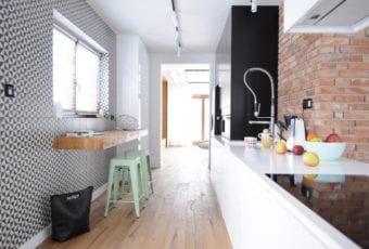 Dom w klimacie loftu, z geometrycznymi i kolorowymi dodatkami