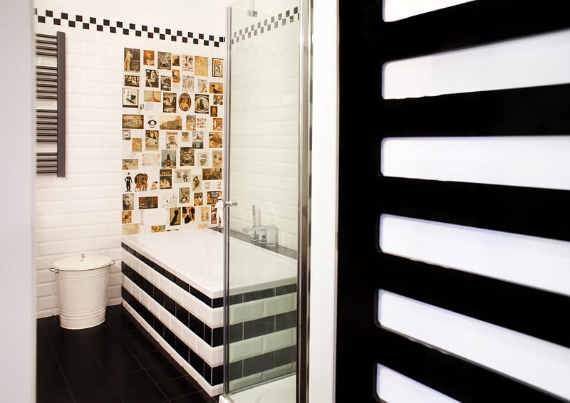 Jasna łazienka i czarny kaloryfer