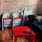 Czerwony stolik w pokoju