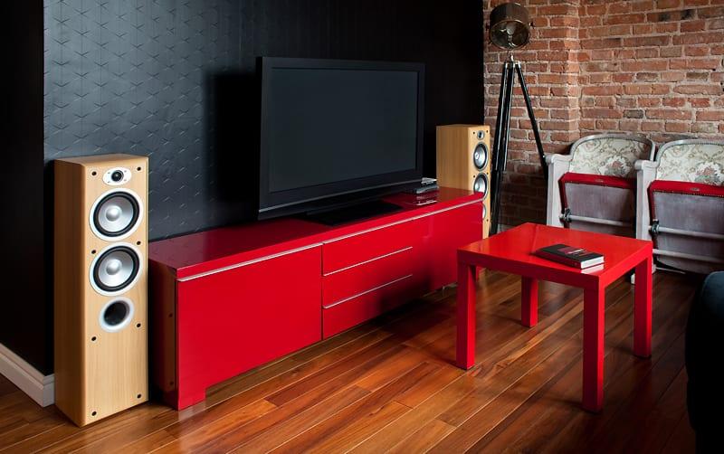 Czerwona komoda w salonie