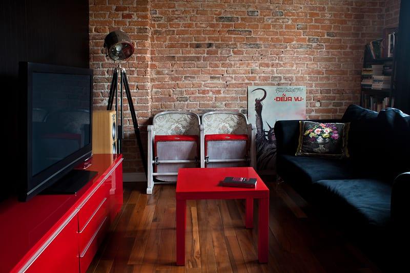 Pokój dzienny z czerwonymi meblami