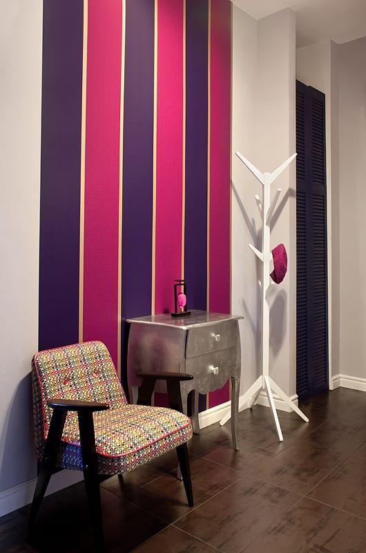 Fioletowo-bordowa tapeta na ścianie w przedpokoju