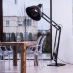 Duża lampa kreślarka stojąca w pokoju dziennym