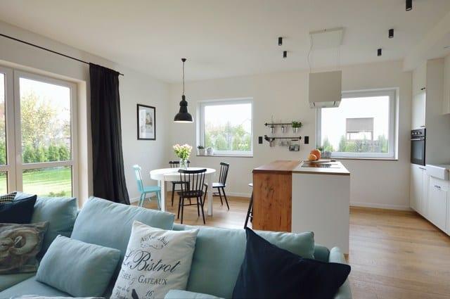 Wnętrze w skandynawskim stylu z elementami loftowymi
