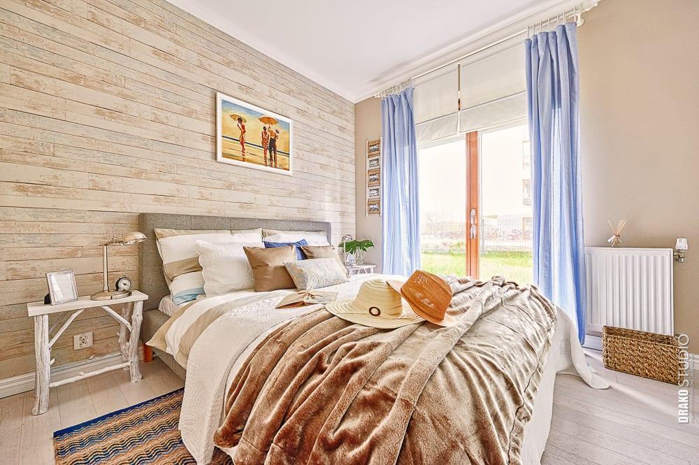 Beżowe ściany w sypialni z dużym łóżkiem