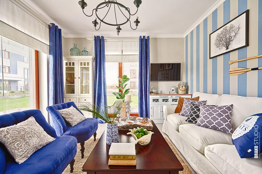 Niebieskie dodatki w mieszkaniu w stylu marynistycznym.