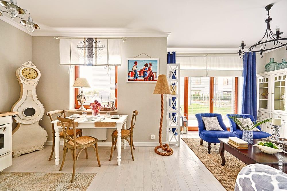Salon mieszkania w stylu Hampton.