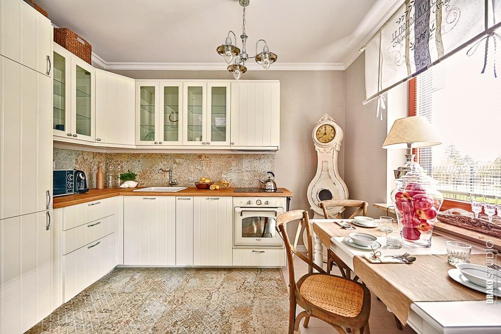 Kuchnia w mieszkaniu w stylu Hampton.