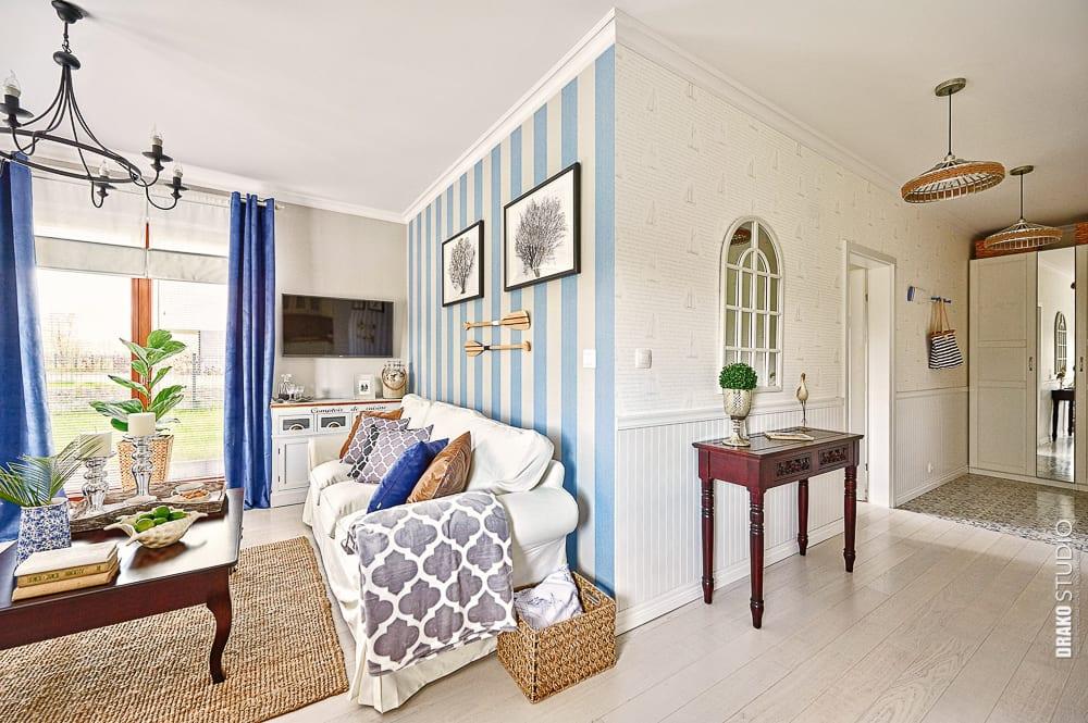Biało-niebieska tapeta na ścianie w mieszkaniu w stylu Hampton