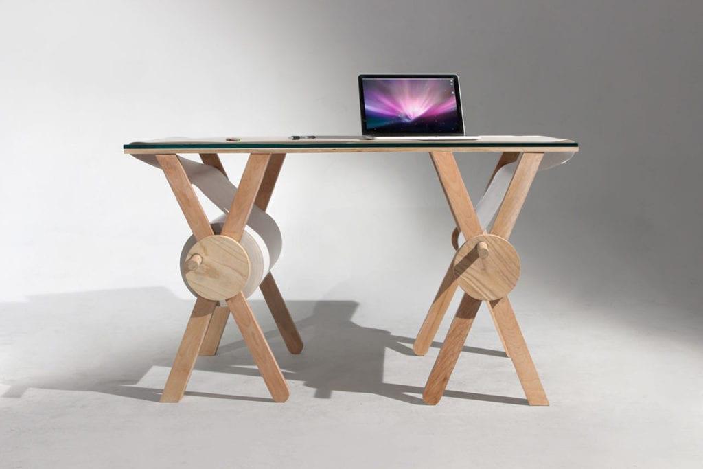 Drewniane biurko Memory Desk projektu Kristen Camara