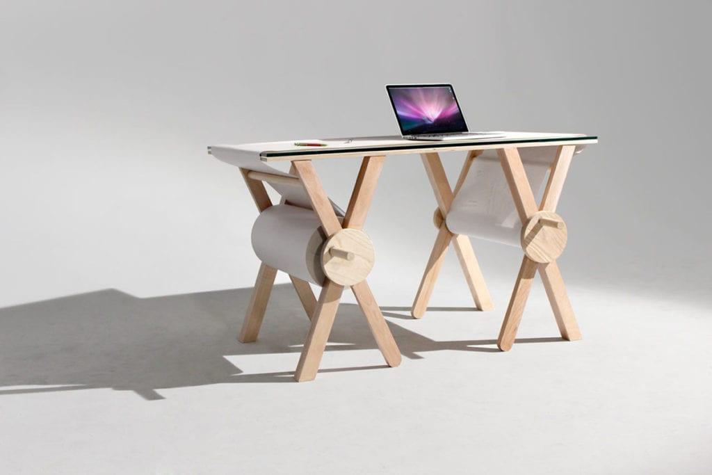 Drewniane biurko Memory Desk z wielką rolką papieru, idealne do robienia notatek