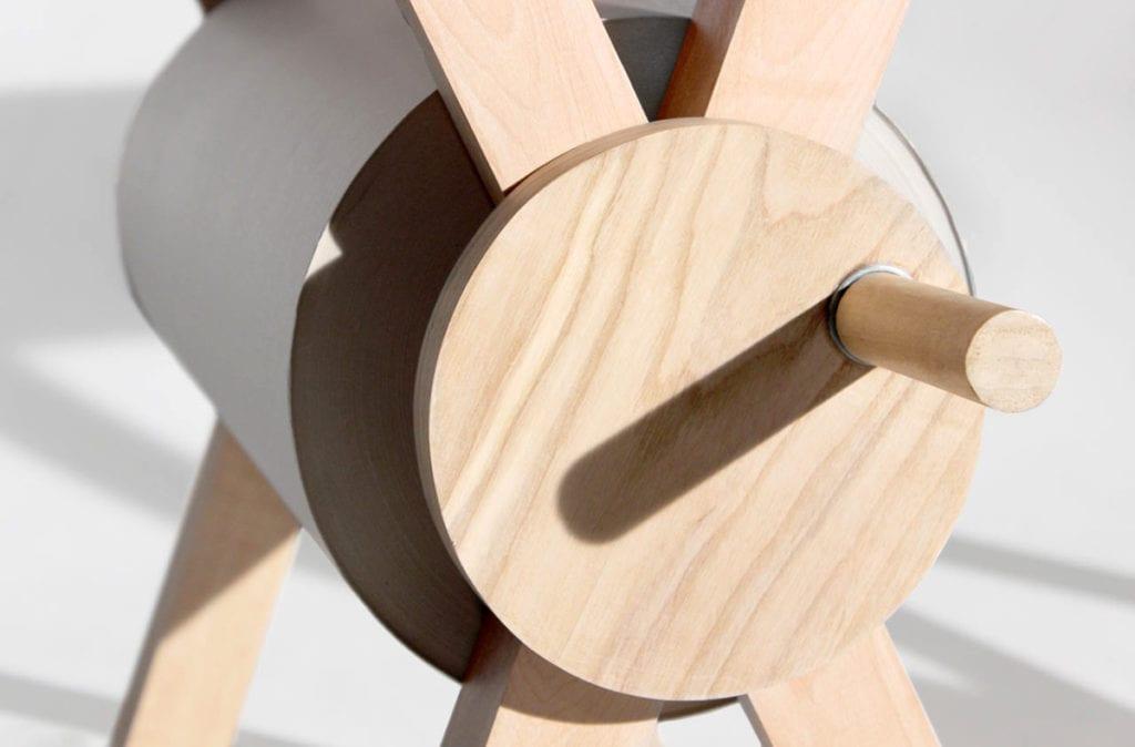 Kołowrotek drewnianego biurka Memory Desk projektu Kristen Camara