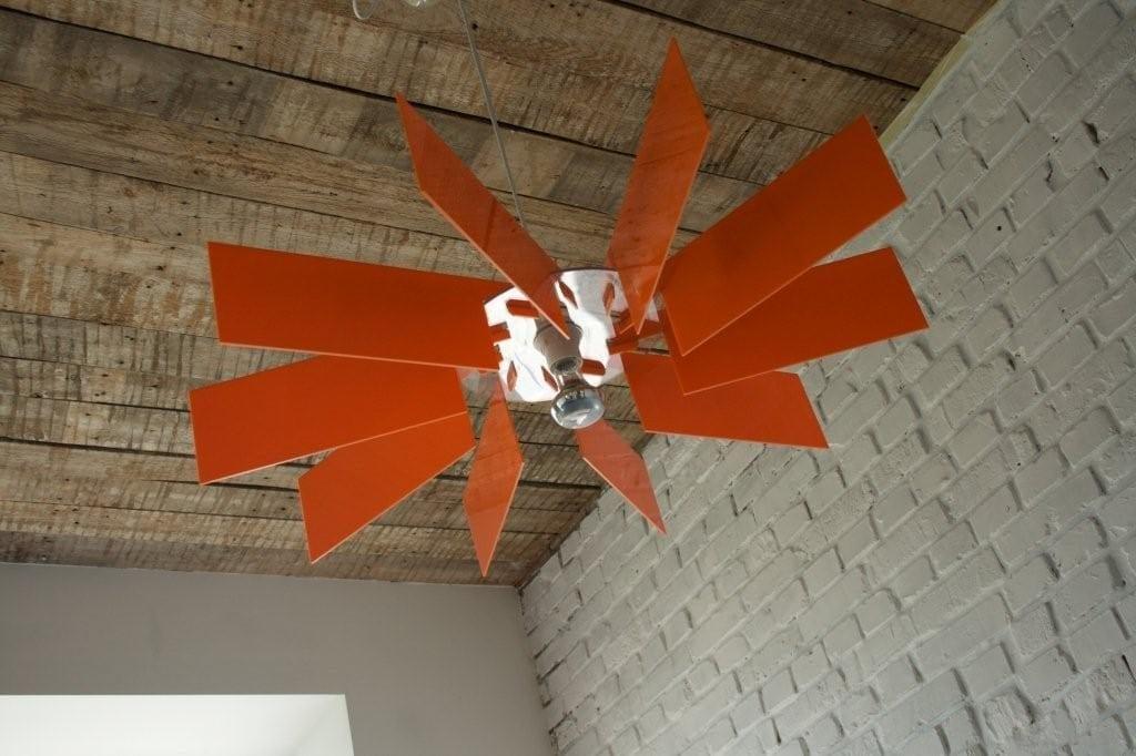 Czerwona lampa Alverd projektu marki Kafti