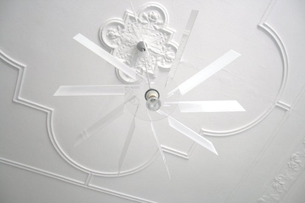 Biała lampa Alverd projektu marki Kafti