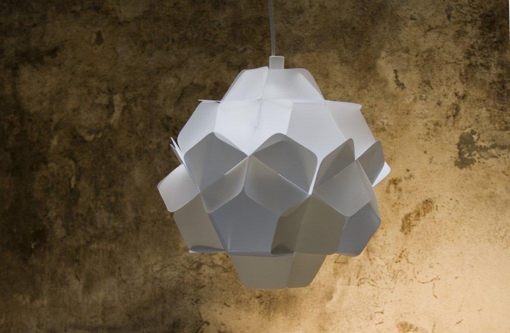 Biała lampa Berga projektu marki Kafti