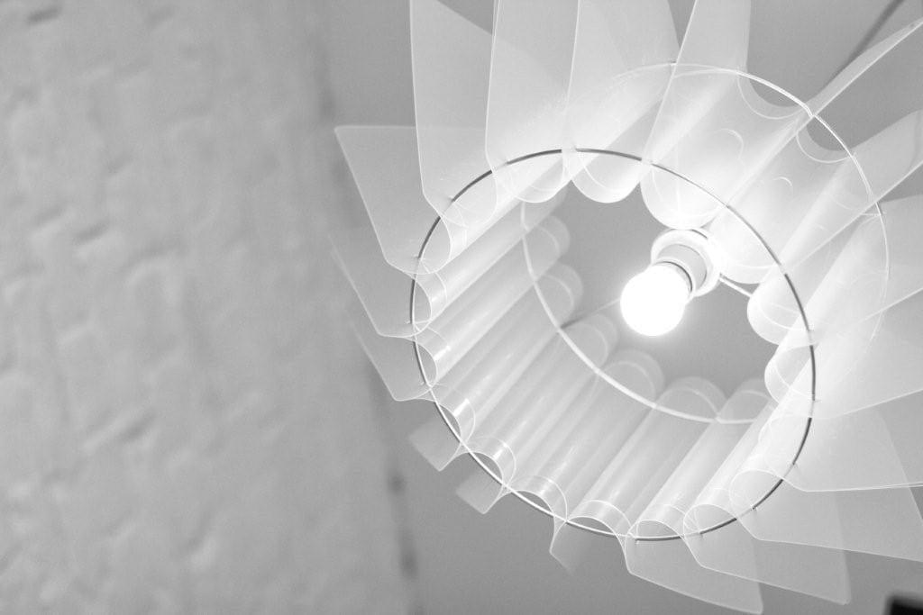 Lampa Ordinary projektu marki Kafti w kolorze białym