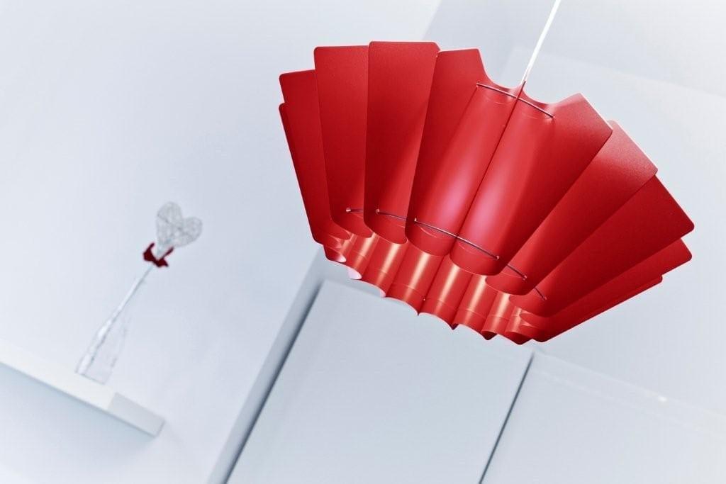 Czerwona lampa Ordinary projektu marki Kafti