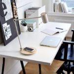 Lampa RIGGAD stojąca na biurku w pracowni