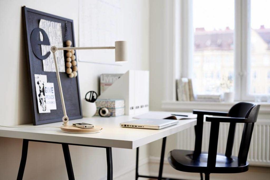 Lampa RIGGAD z bezprzewodowym ładowaniem stojąca na biurku