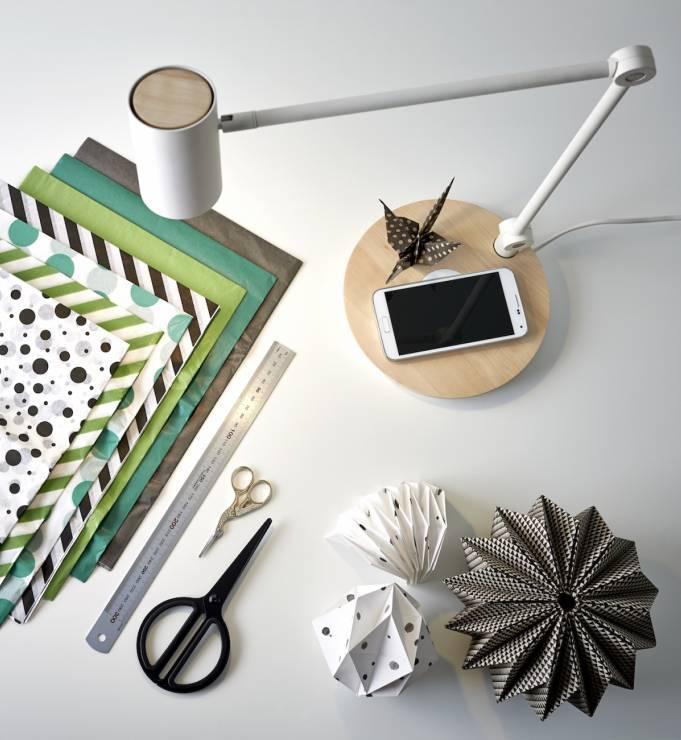 Lampa RIGGAD z bezprzewodowym ładowaniem stojąca na białym biurku