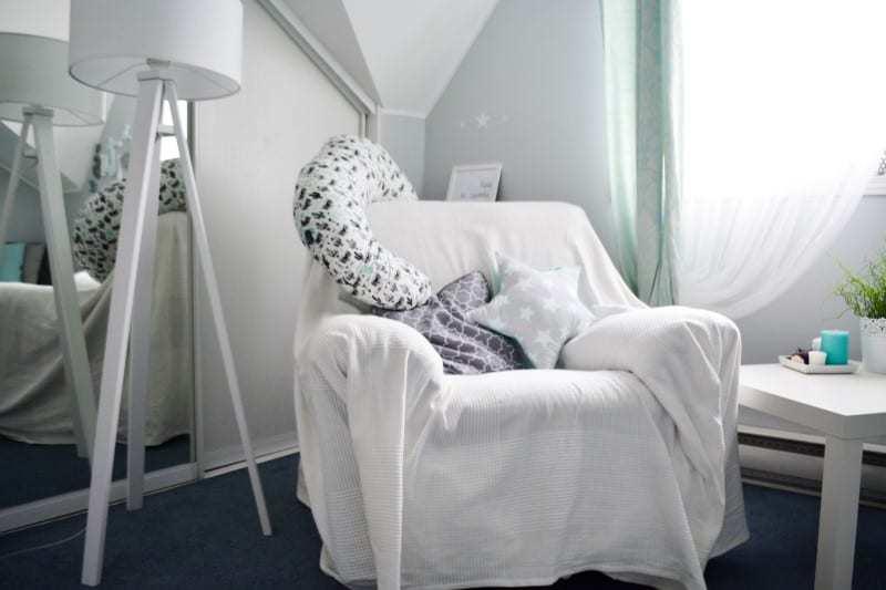 Wygodny fotel w pokoju dla niemowlaka