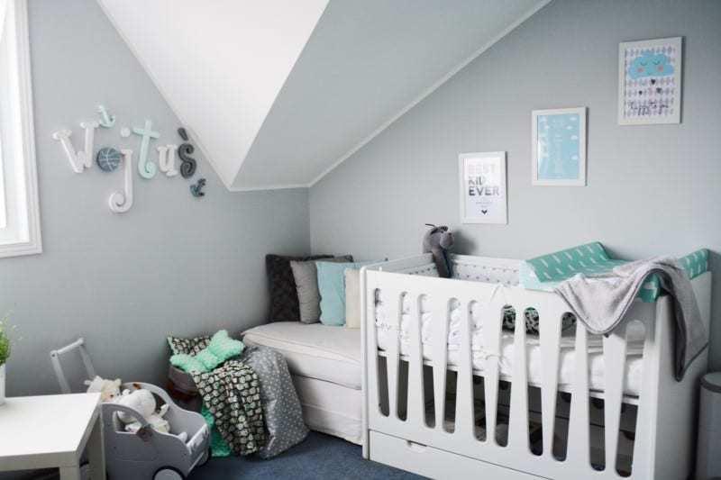 Białe łóżeczko w pokoju dla niemowlaka