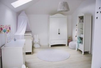 Śnieżnobiały pokój dla małej dziewczynki