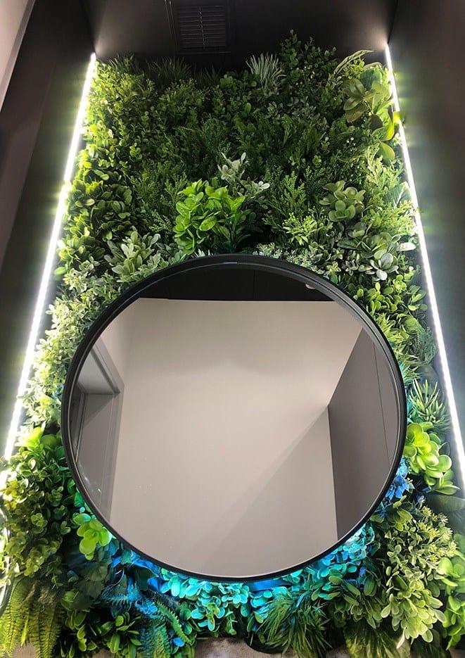 Beyond the wall - modułowe zielone ściany ze sztucznych roślin i lustro