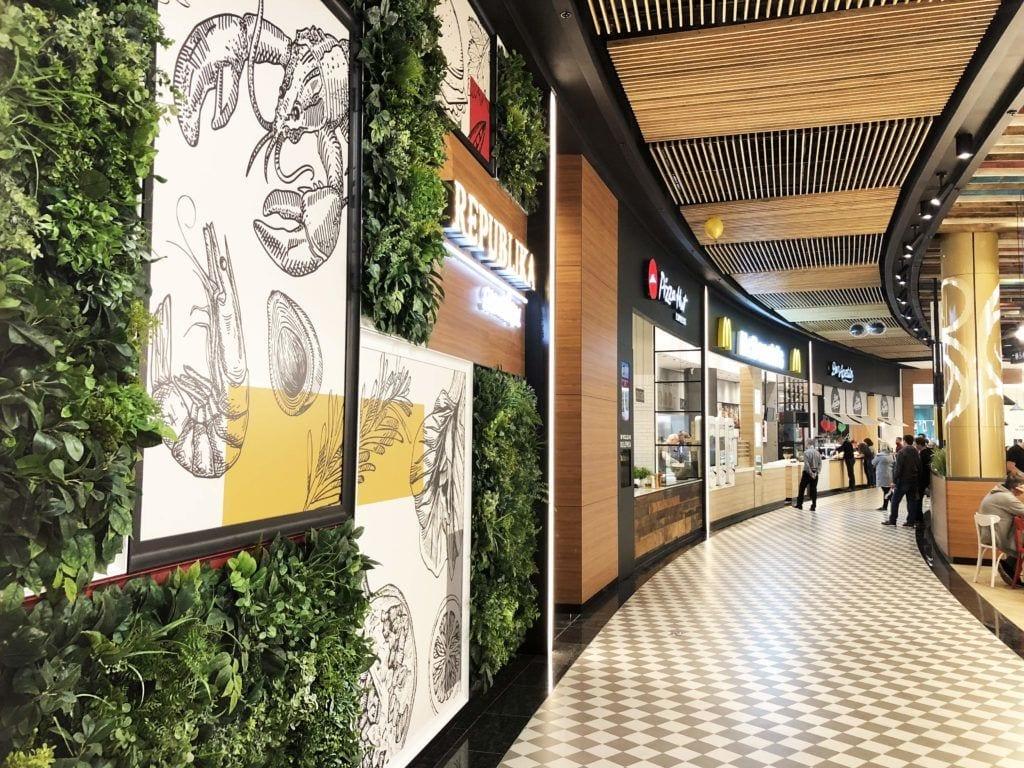 Beyond the wall - modułowe zielone ściany ze sztucznych roślin w galerii handlowej