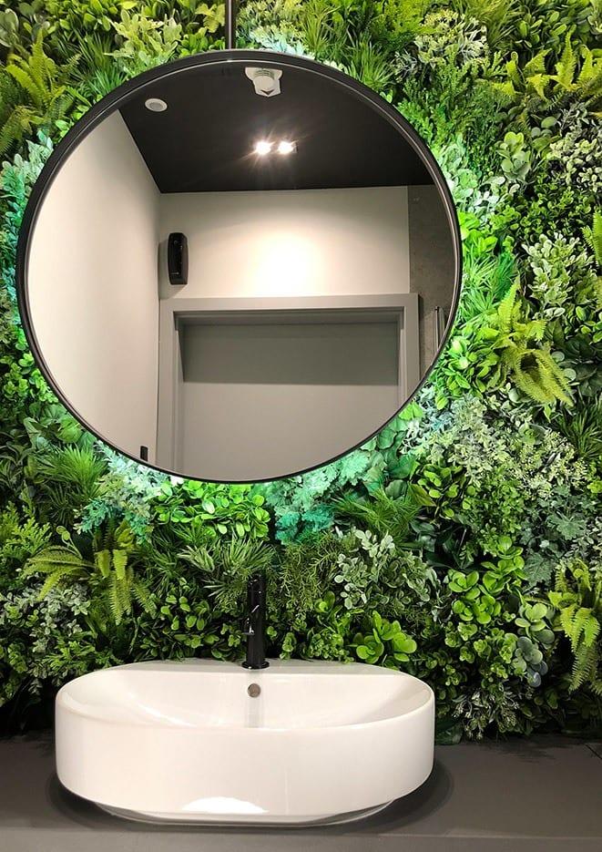 Beyond the wall - modułowe zielone ściany ze sztucznych roślin w łazience