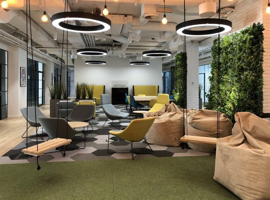 Beyond the wall - modułowe zielone ściany ze sztucznych roślin w biurze