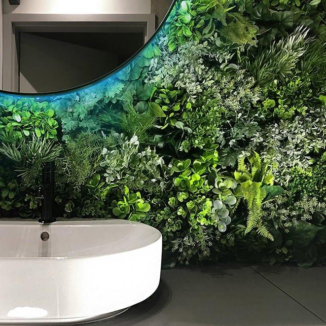 Beyond the wall - modułowe zielone ściany ze sztucznych roślin w salonie kąpielowym