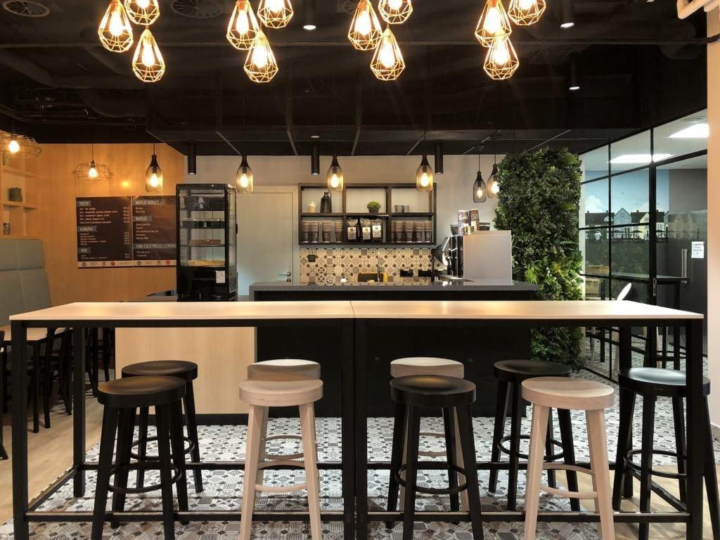 Beyond the wall - modułowe zielone ściany ze sztucznych roślin w restauracji