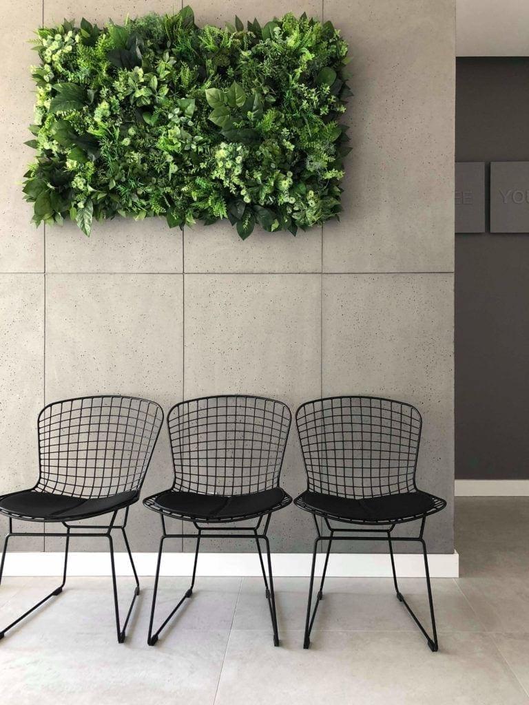 Beyond the wall - modułowe zielone ściany ze sztucznych roślin w biurowcu