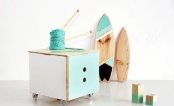 Sznur Wiór: drewniane meble i dodatki przeplatane kolorowymi włóczkami